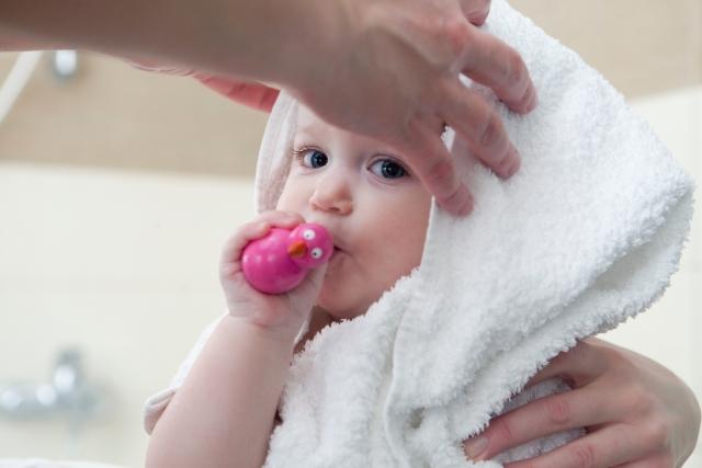 お風呂上がりにタオルで拭いてもらう子ども